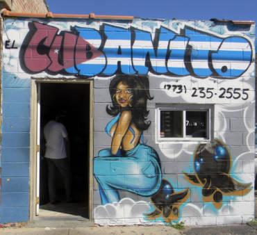 El Cubanito Sandwitch Shop: Mujer Llena de Figuras
